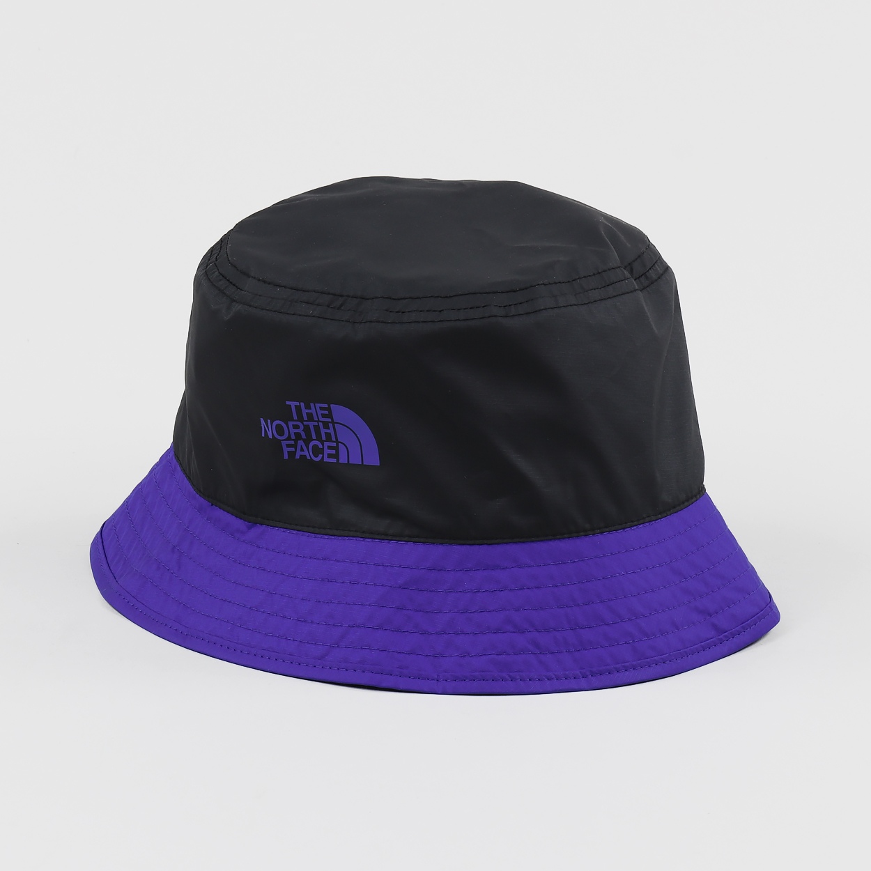dfa1fa483a7cd9 A bucket hat from The North Face made from 100% polyester with a reversible  design from the '92 Rage' collection, a celebration of snowboarding culture.